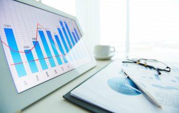 primer-plano-boligrafo-sobre-informe-economico-ventana-fondo_1098-3481